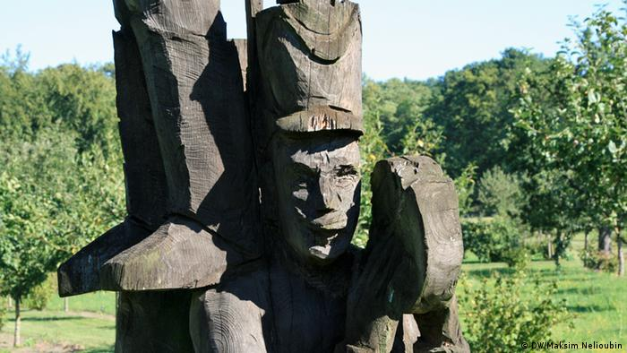 Деревянная скульптура в Александровке