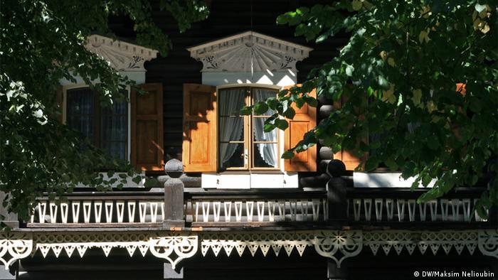 Украшения фасада одного из домов в Александровке