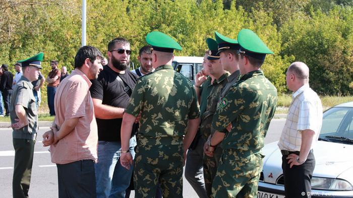 Чеченцы с белорусскими пограничниками в Бресте