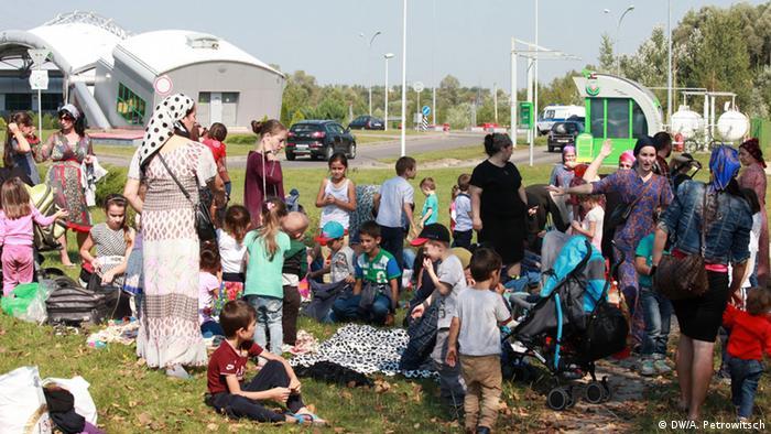 Чеченские женщины и дети на польской границе (фото из архива)