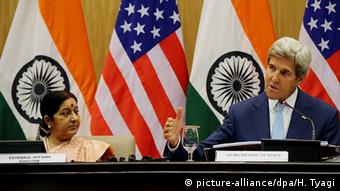 Indian External Affairs Minister Sushma Swaraj (L) and US Secretary of State John Kerry (R) during a joint press conference in New Delhi, India, 30 August 2016 (Photo: picture-alliance/dpa/H. Tyagi)