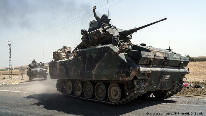 Turkish tank heads to the Syrian border