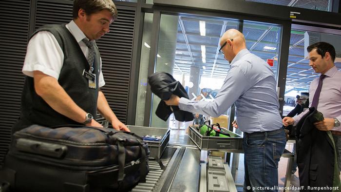Deutschland Flughafen Frankfurt Sicherheitskontrolle