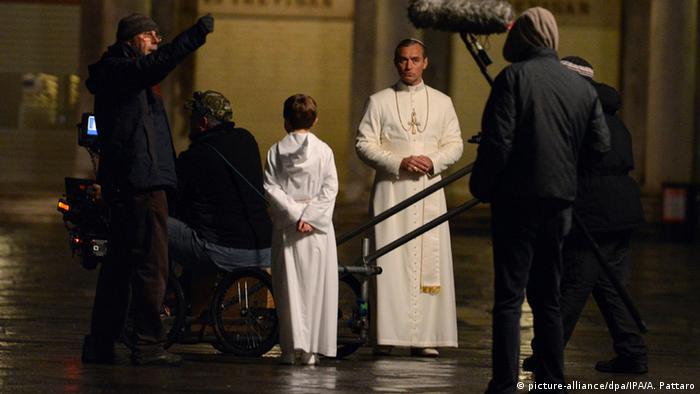 Кадр з серіалу Молодий Папа Римський