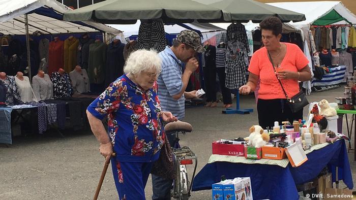 Пенсионеры на рынке в России.