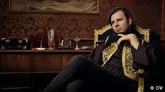 Teodor Currentzis in black with a gold embroidered vest (DW)