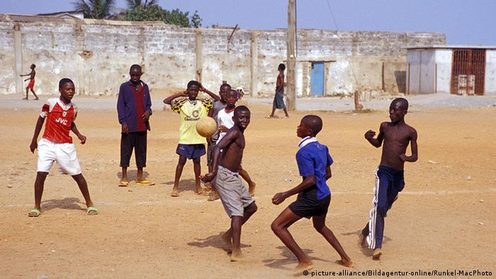Afrika Jugendliche spielen Fussball in Accra
