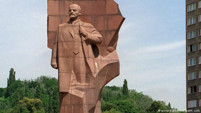 DDR Lenindenkmal von Nikolai W. Tomski in Berlin (picture-alliance/dpa/H. Link)
