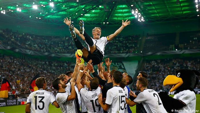Companheiros erguem Schweinsteiger após a vitória por 2 a 0 contra a  Finlândia b592bf358dc39
