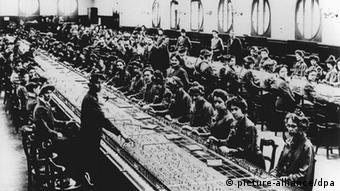 Frauen sitzen um 1900 im Telefon-Vermittlungsamt (Foto: pictura alliance/dpa)