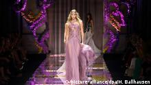 Frankreich - Paris Haute Couture fashion week - Versace - Karlie Kloss
