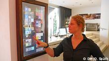 Das Bild zeigt den Dirror mit der DW-Autorin Daniela Späth. Copyright: DW/D. Späth