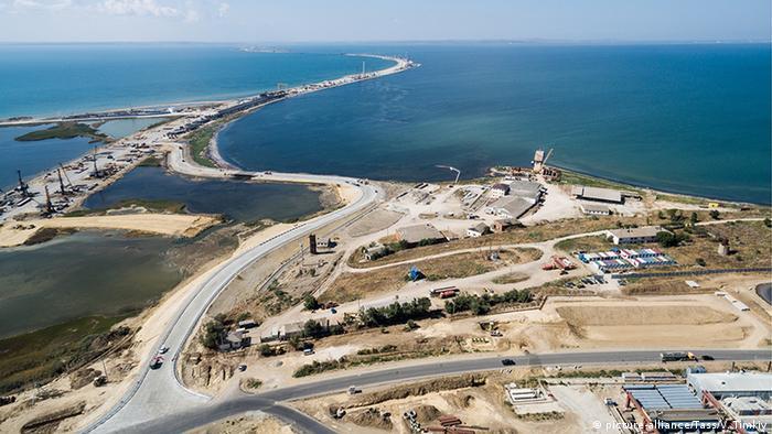 Der Bau einer Brücke über die Meerenge von Kertsch zum russischen Festland.