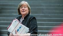 Die Bundesbeauftragte für Datenschutz, Andrea Voßhoff, verlässt am 06.05.2014 in Berlin eine Pressekonferenz nach der Vorstellung des Tätigkeitsberichts für Informationsfreiheit. Foto: Hannibal dpa/lbn © picture-alliance/dpa/H. Hanschke