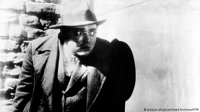 Filmszene: Schauspieler Peter Lorre schaut verzweifelt um die Ecke.