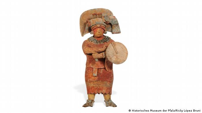 Tonskulptur einer Maya-Königin, die eine Art Gewand und einen Kopfschmuck trägt.