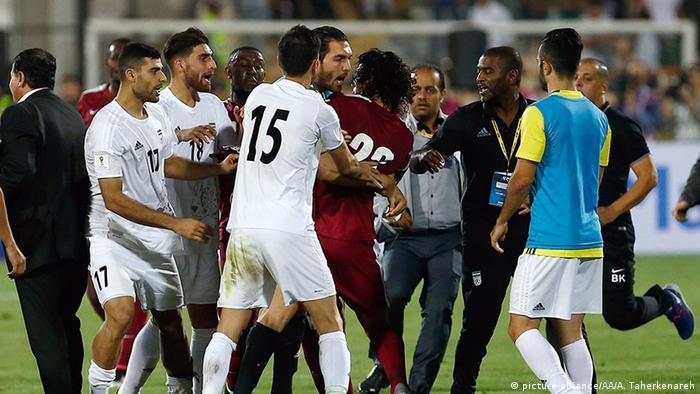 WM Qualifikation Länderspiel Iran vs Katar Rudelbildung (picture-alliance/AA/A. Taherkenareh)