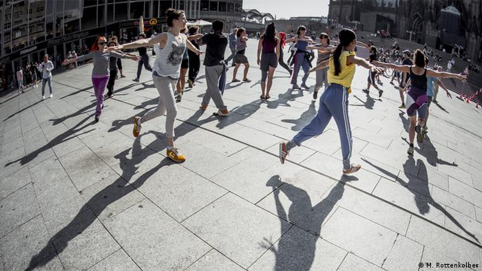 Tanz vor dem Hauptbahnhof: City Dance Köln 2016. Foto: Martin Rottenkolber