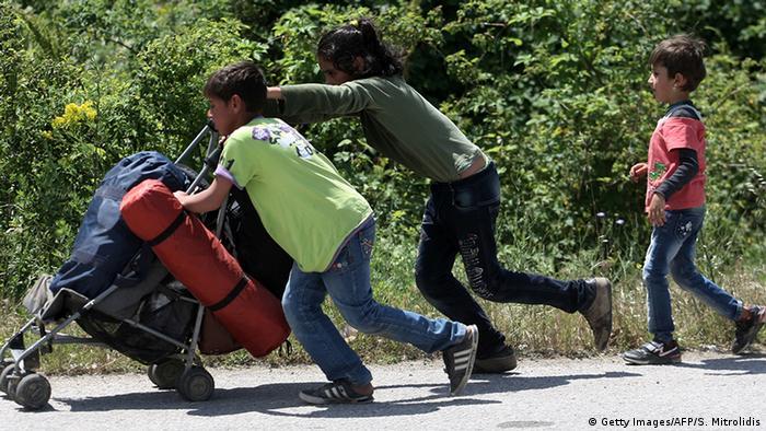 Eine Gruppe von ungleichen Kinder gehen zusammen mit jeder