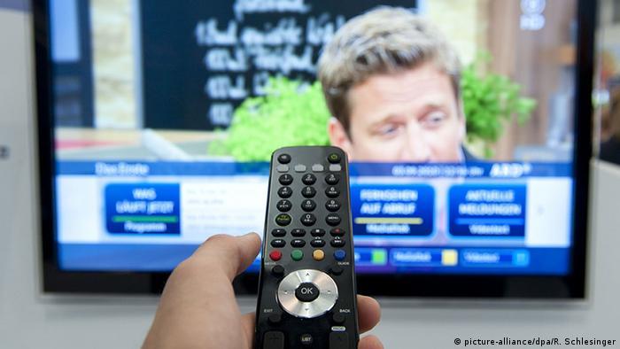 Fernbedienung ziehlt auf Fernseher (picture-alliance/dpa/R. Schlesinger)
