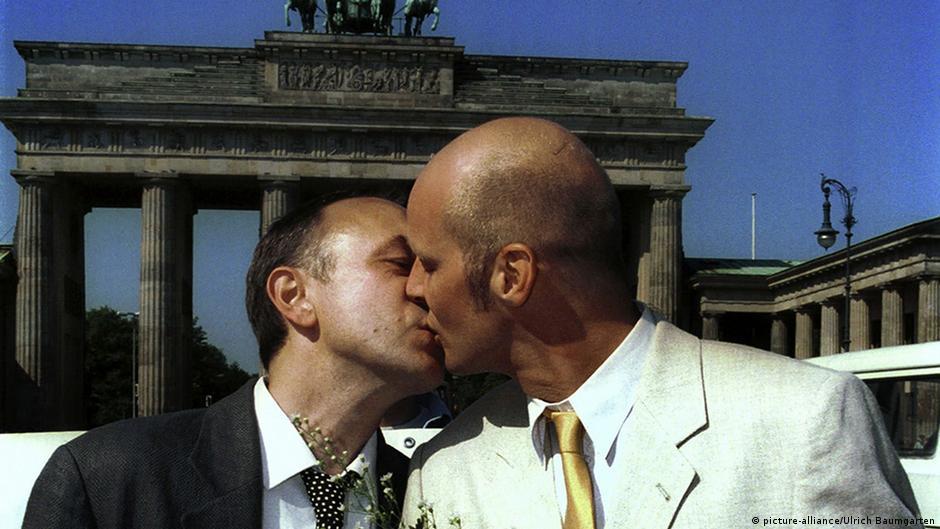Kuss auf die wange zur begrüßung