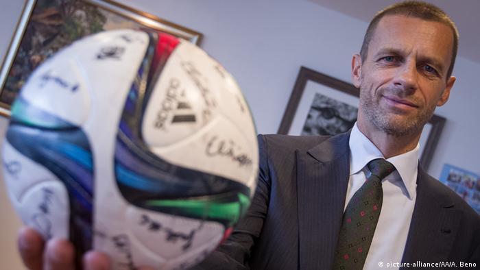 El Comité ejecutivo de la UEFA acordó este jueves que introducirá el videoarbitraje en la Liga de Campeones 2019-20, en agosto, cuando se disputen las eliminatorias previas. Además, el VAR también estará operativo en la Supercopa de Europa 2019 y la UEFA planea extender su uso a la fase final de la Eurocopa 2020, la Liga de Europa 2020-21 y la fase final Liga de Naciones 2021. (27.09.2018)