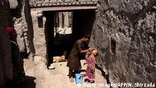 An Afghan health worker administers polio drops to a child during a polio vaccination campaign in the Surkh Rod district of Nangarhar province on August 29, 2016. Afghanistan launched a polio vaccination campaign on August 29, aimed at reaching children in areas previously controlled by Islamic State group militants, officials said. / BG Bildergalerie Every day Life in Afghanistan Copyright: Getty Images/AFP/N. Shirzada