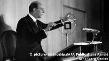 Composer Arnold Schönberg holding a baton (picture-alliance/dpa/APA Publications Arnold Schönberg Center)