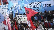02.09 2016, Buenos Aires Thousands of Argentinians participate in the 'Federal march against fares' against the economic measures of Macri's Government in Buenos Aires, Argentina, 02 September 2016. EFE/David Fernandez | (c) picture-alliance/dpa/D. Fernandez