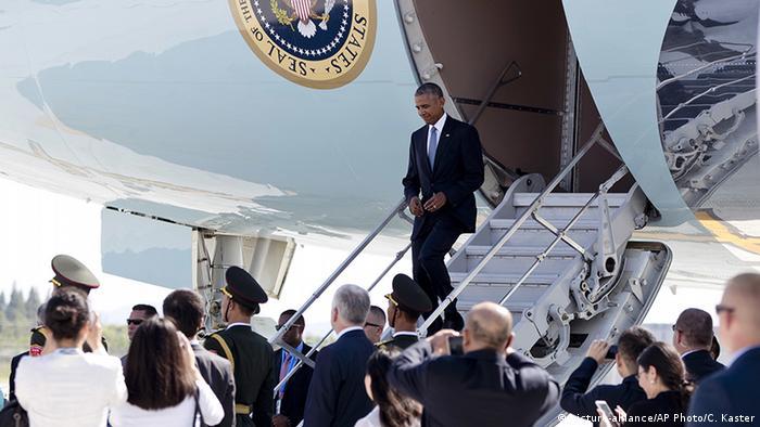 Барак Обама выходит из самолета в аэропорту Ханчжоу