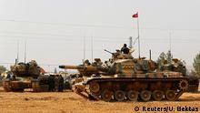 Türkei Karkamis - Türkische Panzer sind an der türkisch syrischen Grenze stationiert