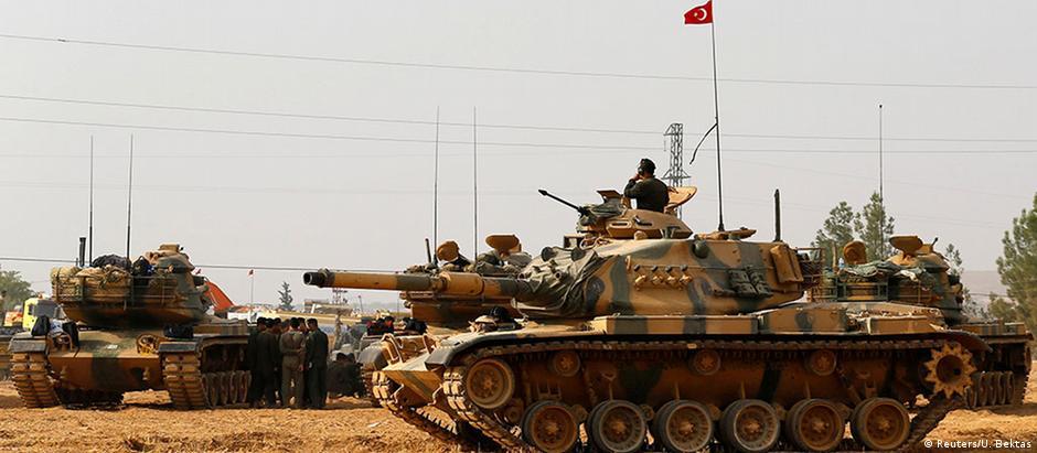 Tanques da Turquia estacionados na fronteira com a Síria