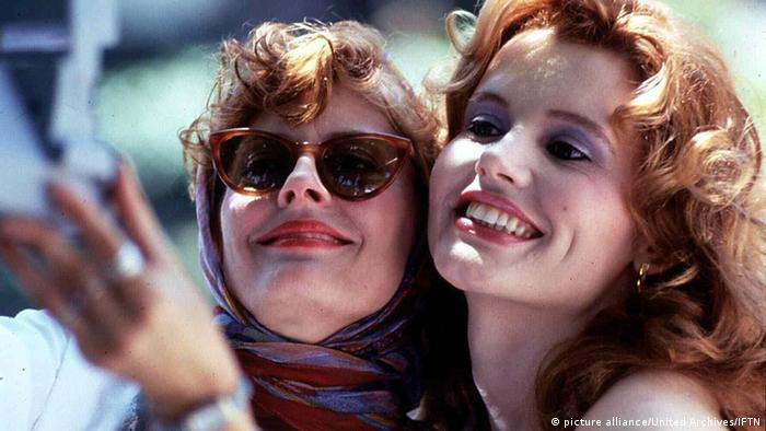 Susan Sarandon und Geena Davis in Thelma & Louise beim Selfie (picture alliance/United Archives/IFTN)