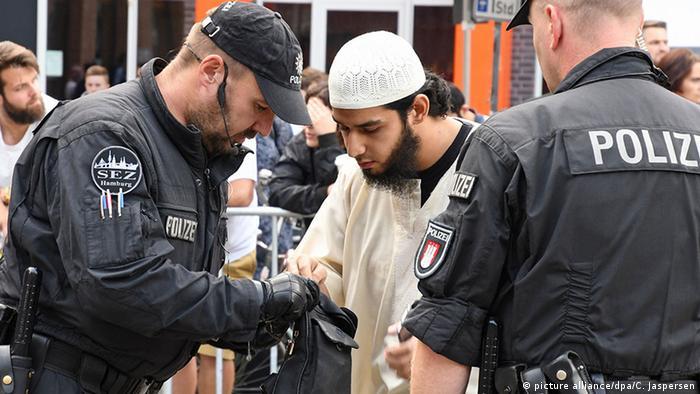 Deutschland Kundgebung von Salafisten und Gegendemonstration in Bremen (picture alliance/dpa/C. Jaspersen)
