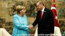 04.09.2016 *** HANGZHOU, CHINA - SEPTEMBER 04: Turkish President Recep Tayyip Erdogan (R) shakes hands with German Chancellor Angela Merkel (L) before their meeting as the 11th G20 Leaders' Summit continues in Hangzhou, China, on September 04, 2016. Mehmet Ali Ozcan / Anadolu Agency | © picture-alliance/Anadolu Agency/M.A. Ozcan