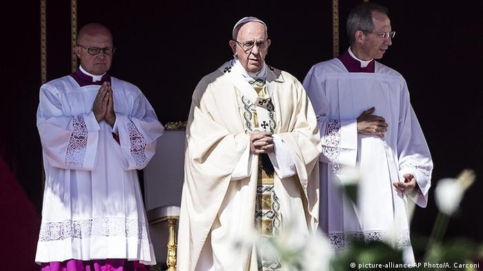 Vatikanstaat Heiligsprechung Mutter Teresa durch Papst Franziskus (picture-alliance/AP Photo/A. Carconi)