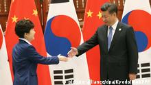 05.09.2016+++ Chinese President Xi Jinping (R) shakes hands with South Korean President Park Geun Hye during their talks in Hangzhou, China, on Sept. 5, 2016. Xi voiced opposition to the planned deployment of Terminal High Altitude Area Defense, or THAAD, in South Korea. +++ (C) picture-alliance/dpa/Kyodo/MAXPPP