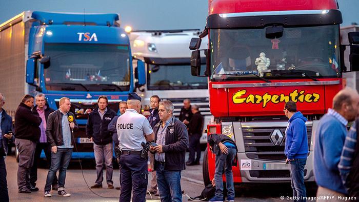Caminhoneiros fecham rodovia em protesto contra um acampamento de migrantes perto da cidade francesa de Calais