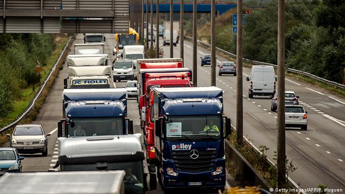 Frankreich Protest der LKW-Fahrer für die Auflösung des Flüchtlingscamps Jungle