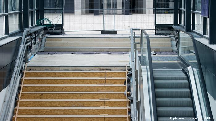 Hauptstadtflughafen Berlin Brandenburg Willy Brandt Rolltreppe (picture-alliance/dpa/P.Pleul)