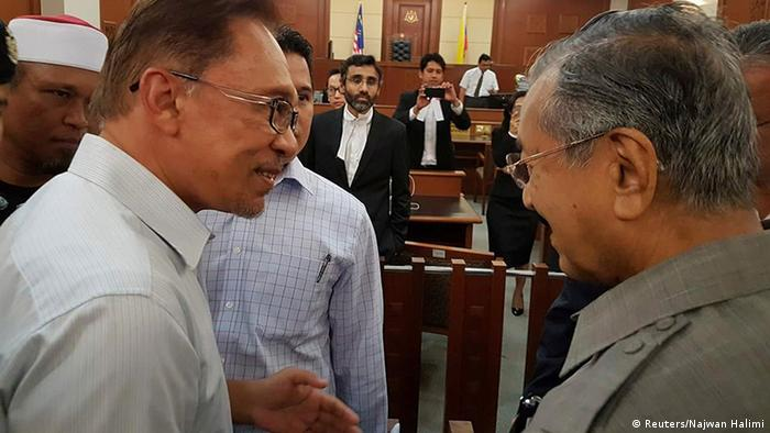Malaysia Handschlag ehemaliger Premierminister Mahathir Mohamad & Anwar Ibrahim (Reuters/Najwan Halimi)