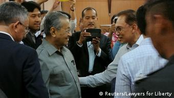 Malaysia Handschlag ehemaliger Premierminister Mahathir Mohamad & Anwar Ibrahim (Reuters/Lawyers for Liberty)