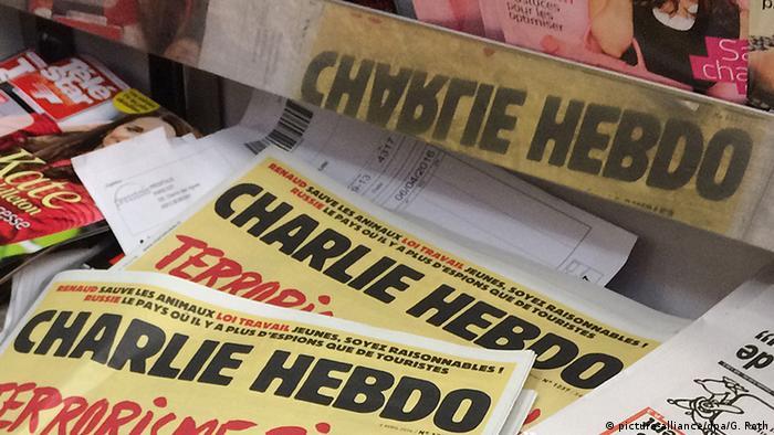 Zwei Exemplare der Satirezeitschrift Charlie Hebdo (Foto: picture-alliance/dpa/G. Roth)