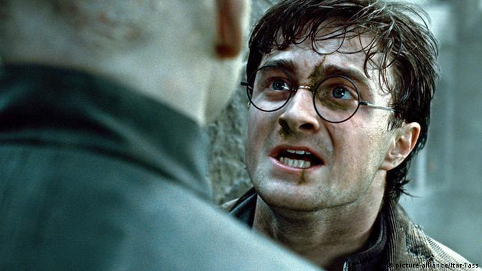 Schauspieler Daniel Radcliffe als Harry Potter in einer Szene aus Harry Potter and the Deathly Hallows, 2. Teil (picture-alliance/Itar-Tass)
