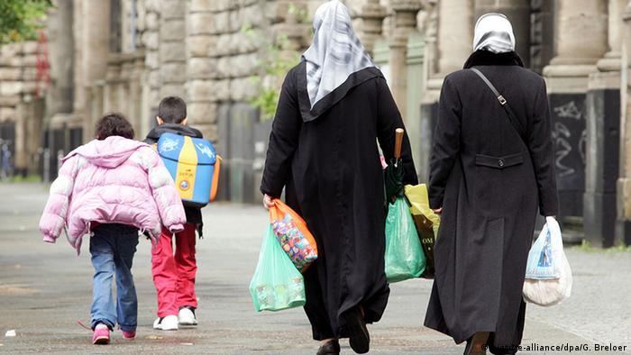 Women wearing headscarves with children Copyright: picture-alliance/dpa/G. Breloer