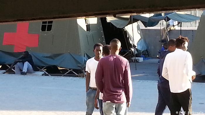 Sudanesische Flüchtlinge in Italien Rotes Kreuz Camp