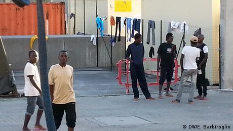 Sudanesische Flüchtlinge in Italien Rotes Kreuz Camp (DW/E. Barbiroglio)