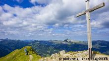 22.08.2015 *** Das Gipfelkreuz auf der 2170 Meter hohen Walser Hammerspitze in den AllgÃ_uer Alpen nahe der Grenze zu Österreich und dem Vorarlberg. AllgÃ_u, Bayern, Deutschland, 22.08.2015 . AllgÃ_u, Bayern, Deutschland, 23.08.2015 Copyright: picture-alliance/dpa/JOKER