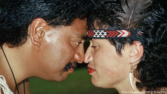 Begrüßungsarten Nasenkuss Maori (picture-alliance/DUMONT Bildarchiv)