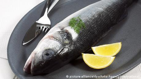Fish with lemon and parsley (picture-alliance/dpa/Anka Agency International)